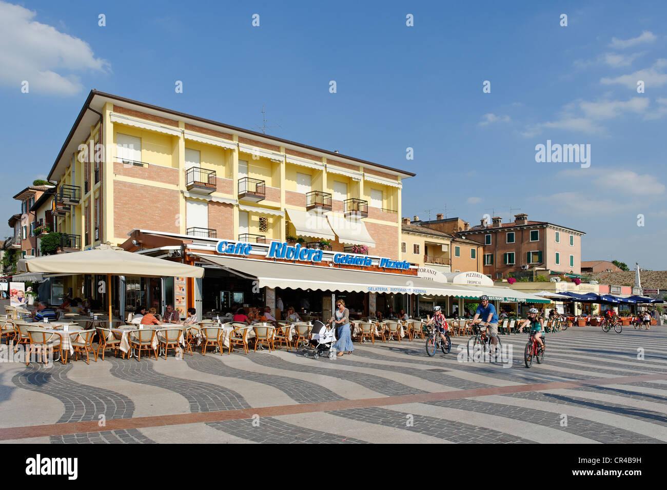 Bars und Eisdielen auf der Uferpromenade promenade in Lazise am Gardasee, Lago di Garda, Venetien, Italien, Europa Stockbild