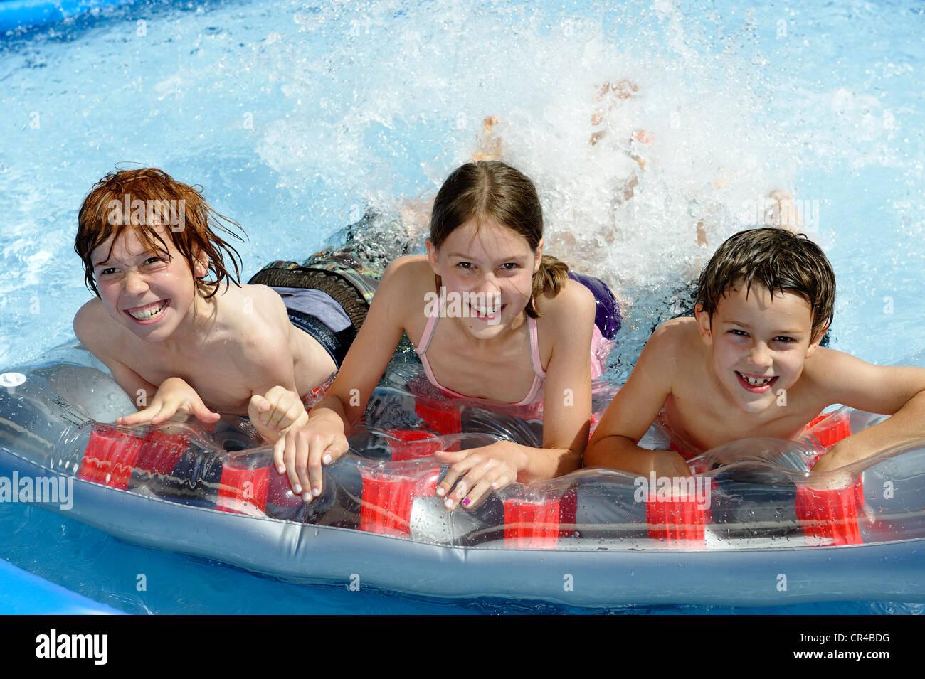 Kinder Plantschen Und Schwimmen In Einem Pool Wasserspiele Im Sommer