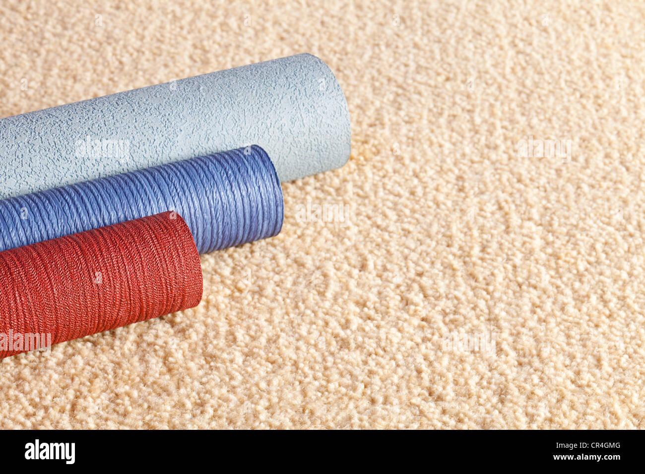 Tapetenrollen Probe auf einem hellen farbigen Teppich mit Textfreiraum. Stockbild
