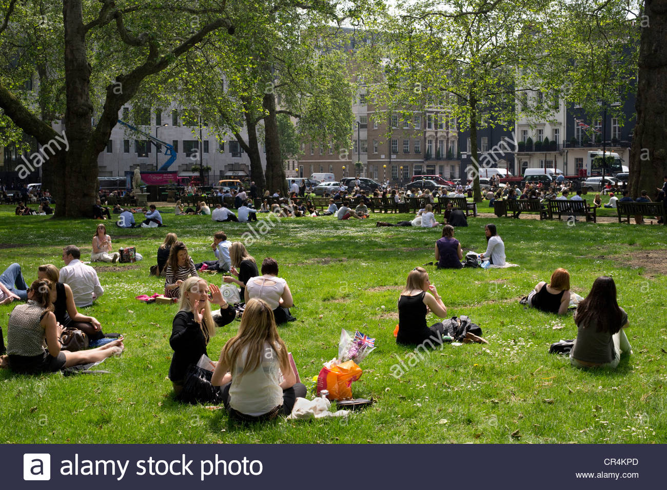 b ro arbeiter picknick am berkeley square zur mittagszeit bei warmem wetter london stockfoto. Black Bedroom Furniture Sets. Home Design Ideas