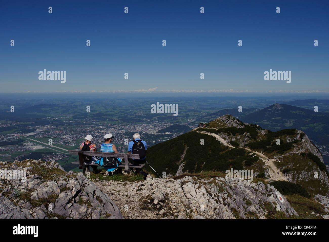 Seniorinnen und Senioren auf einer Bank sitzend genießen die Aussicht vom Salzburger Hochthron Berg, Untersberg, Stockbild