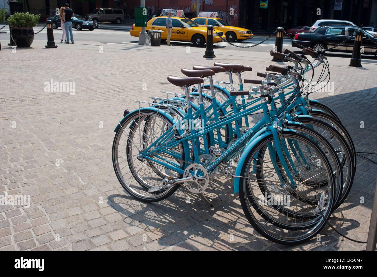 Fahrräder für die Gäste sitzen vor dem Tribeca Grand Hotel in Tribeca in New York Stockbild