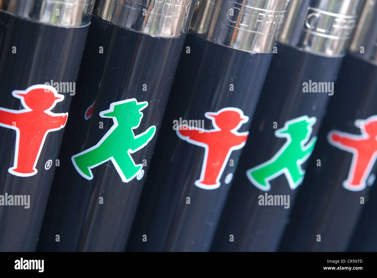BERLIN, DEUTSCHLAND. Ampelmann-Feuerzeuge aus dem Ampelmann Galerie Shop. 2012. Stockfoto