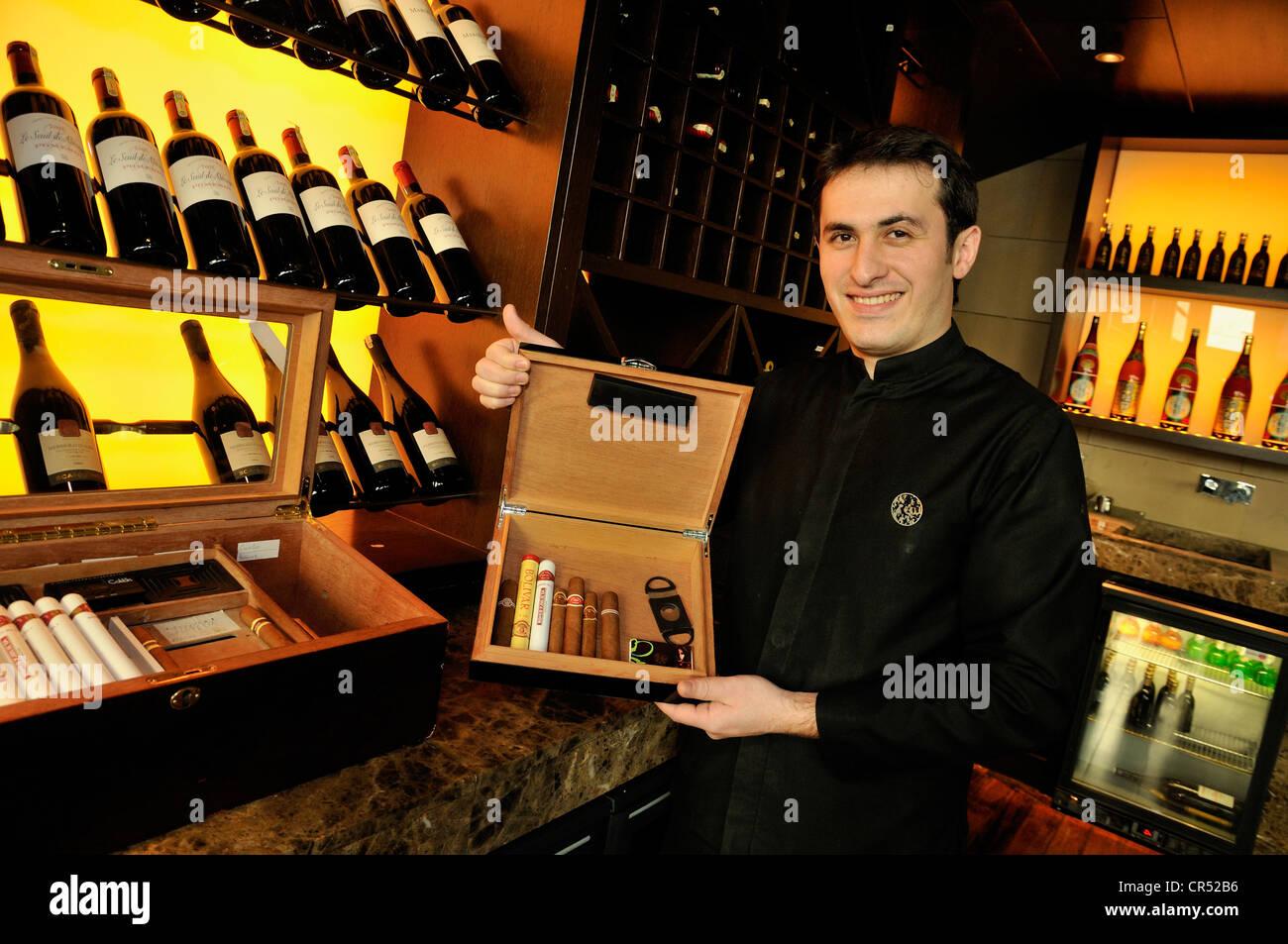 Kellner halten eine Schachtel Zigarren im Restaurant Ç?nar, Baku, Aserbaidschan, Kaukasus, Naher Osten, Asien Stockbild
