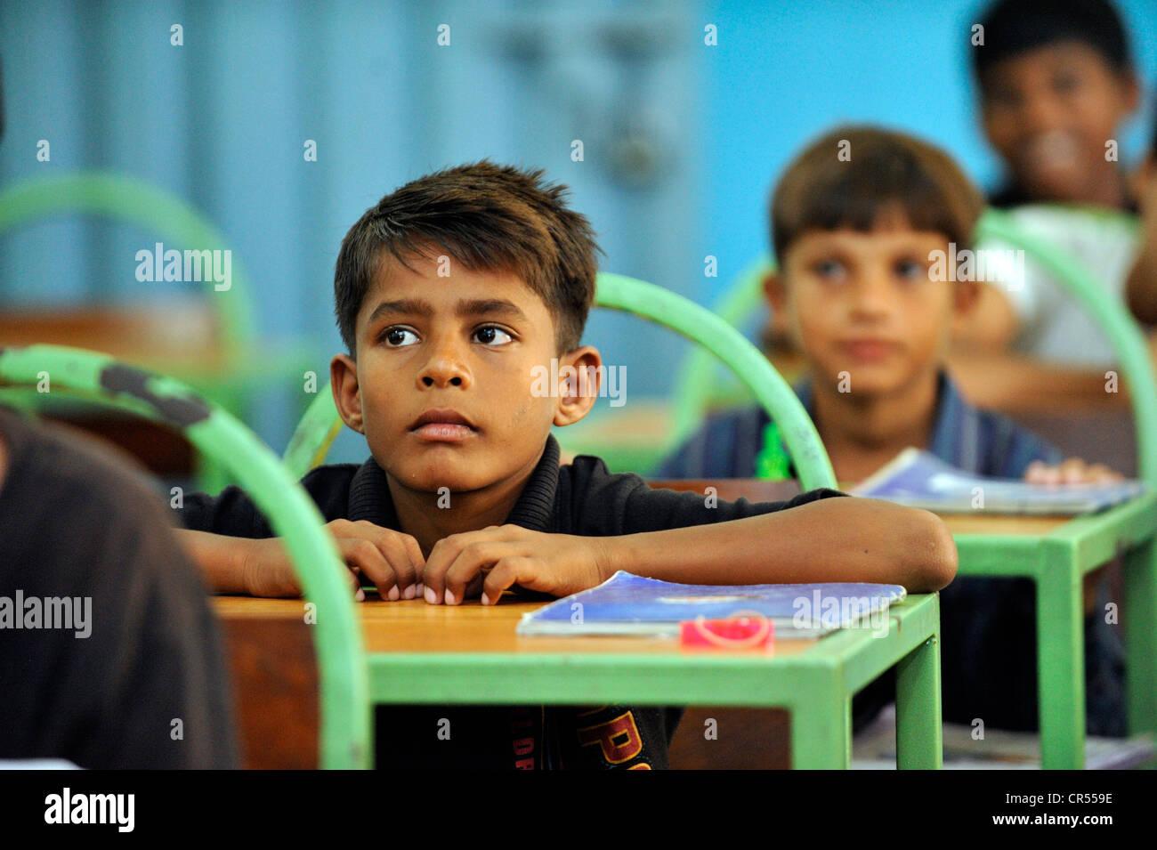 Pakistanischen jungen sitzen auf ihren Schulbänken, Lahore, Punjab, Pakistan, Asien Stockbild