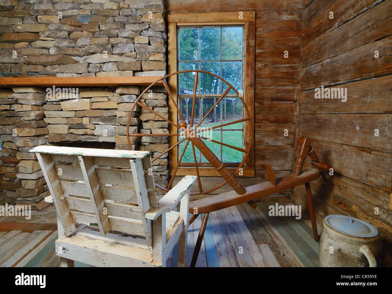 ein Vintage Webstuhl in einem zeitgenössischen Stil-Haus Stockfoto ...