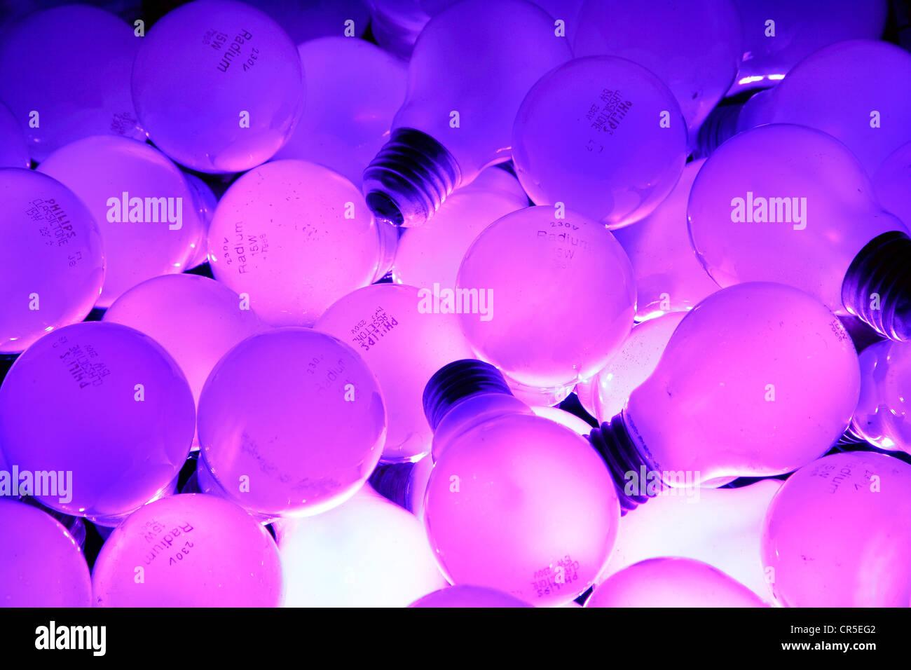 Glühbirnen, 15 Watt Glühbirnen, beleuchtet von unten. Ausrangierte Glühbirnen, gebrauchte, alte. Stockbild
