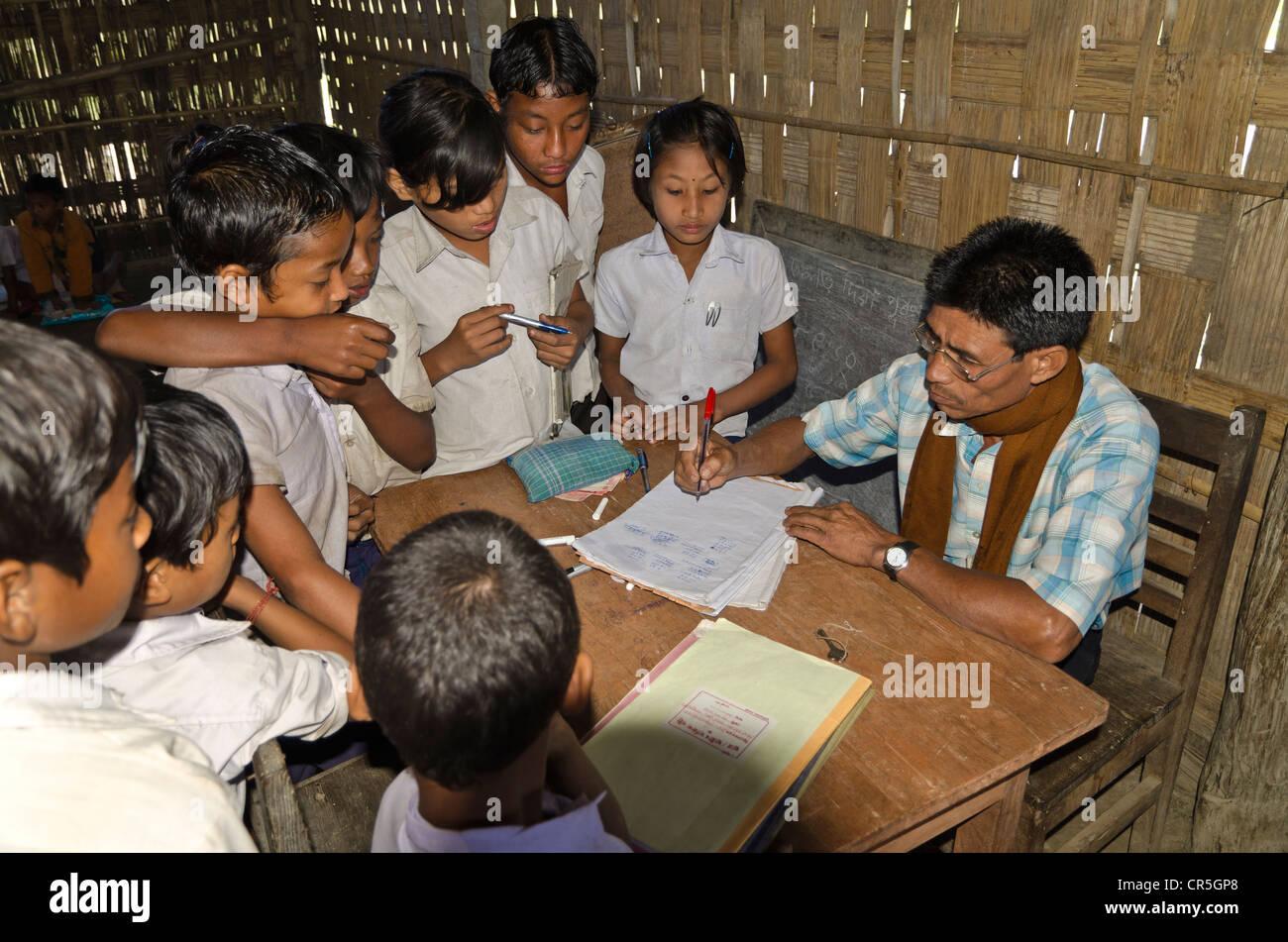 Schule mit nur einem Lehrer unterrichten die Kinder der Borbil Dorf, Indien, Asien Stockbild