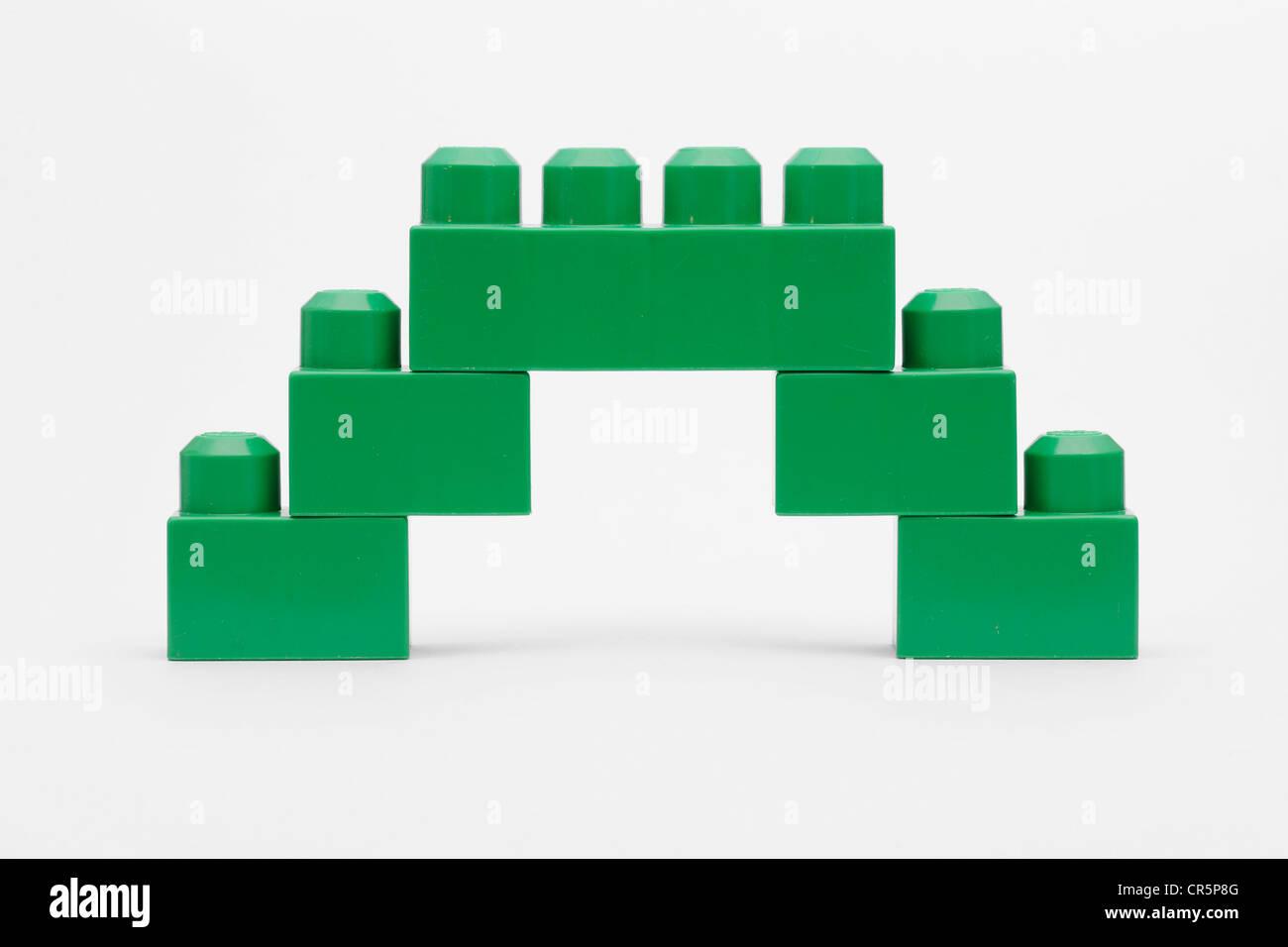 Grüne Brücke aus Lego-Steinen Stockfoto