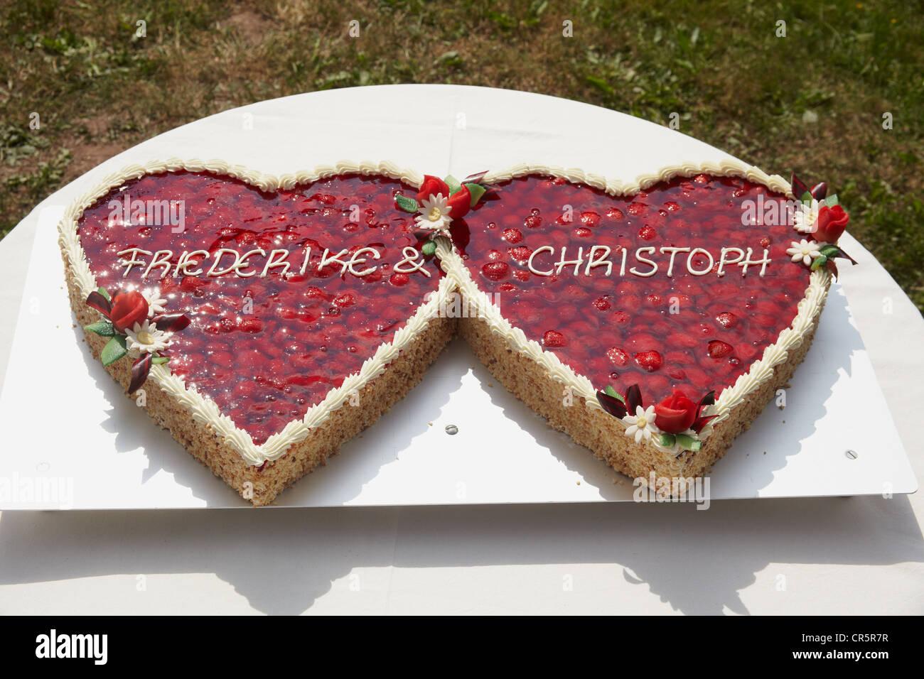 Hochzeitstorte Mit Erdbeeren In Form Von Zwei Herzen Stockfoto Bild