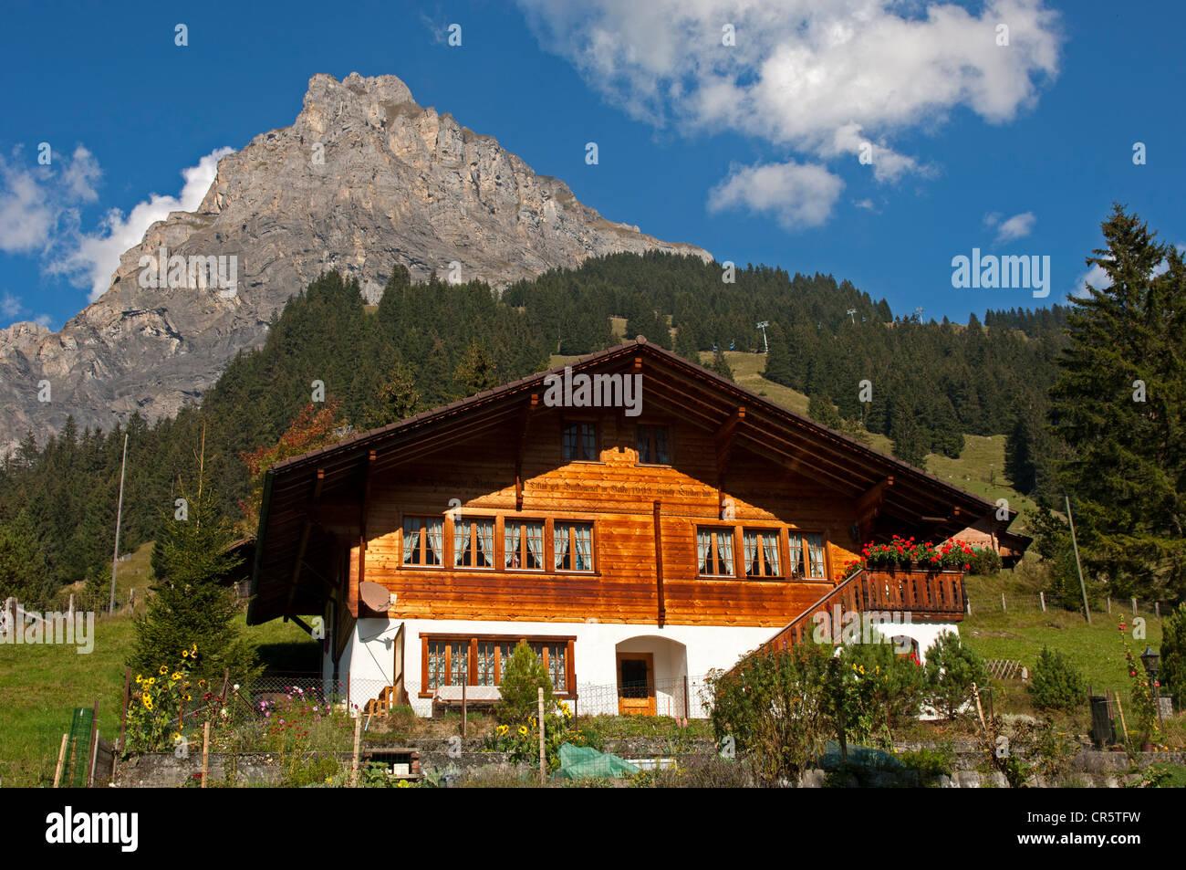 Chalet style stockfotos chalet style bilder alamy for Modernes haus schweiz