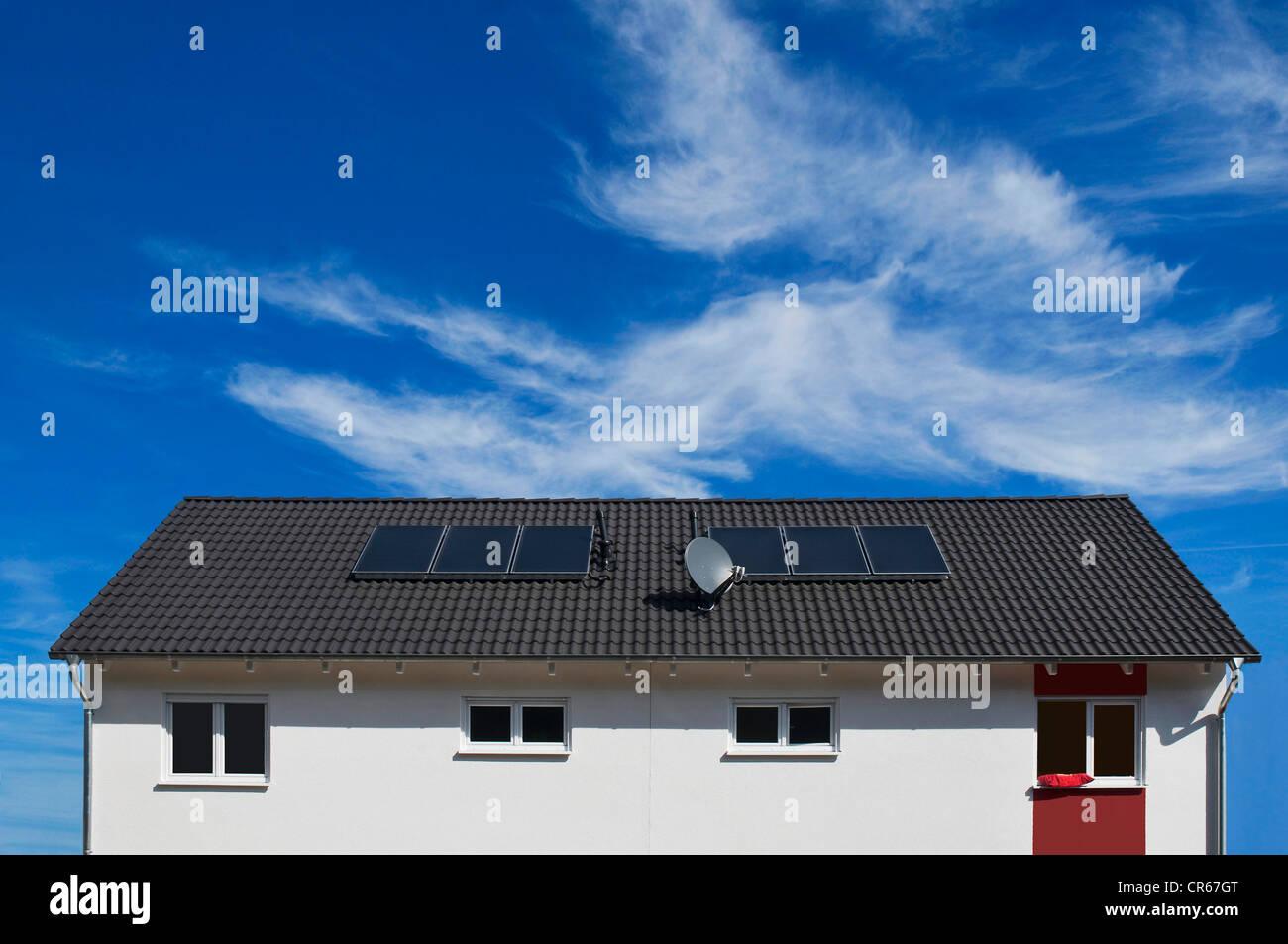 Wohnhaus mit Sonnenkollektoren zur Warmwasserbereitung am Dach, Solarwärme, Rhein-Erft-Kreis-Bezirk Stockbild