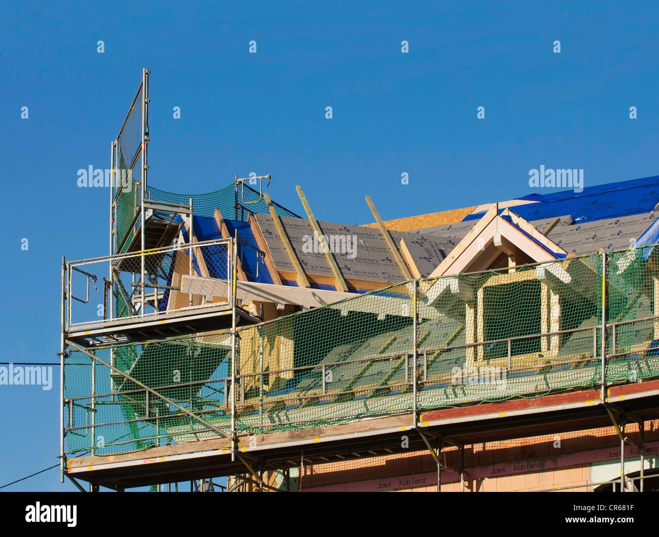 Haus mit Gerüstbau, Dachausbau, Modernisierung Stockbild