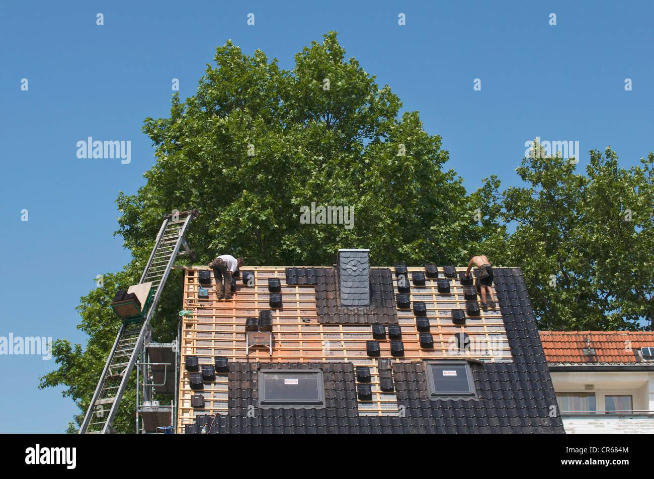 Ein Dach wird gefliest, Wohn-, Gebäudesanierungen, PublicGround Stockbild