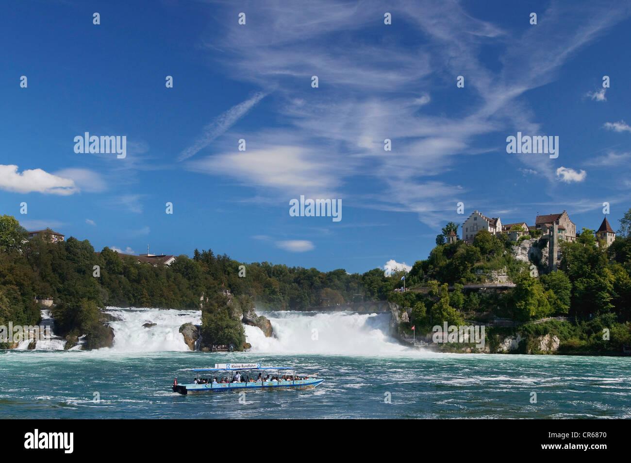 Blick auf den Rhein fällt Schaffhausen, kleinen Ausflugsschiff an Front, Schloss Laufen Burg am Rhein Wasserfall, Stockbild