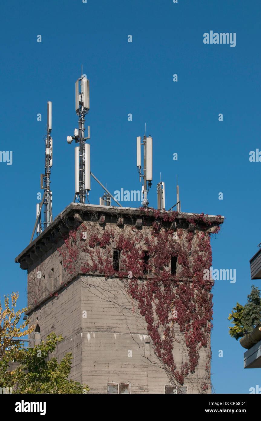 Verschiedene Handy-Antennen auf dem Turm eines Bunkers, PublicGround Stockbild