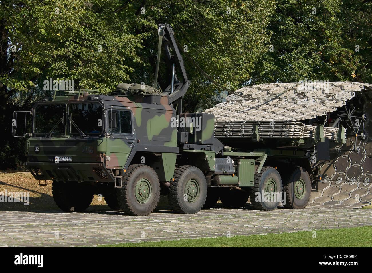Klappbare Straße, Bundeswehr, Bundeswehr, Ausrüstung mit teilweise platzierte klappbare Straße, 50m Stockbild