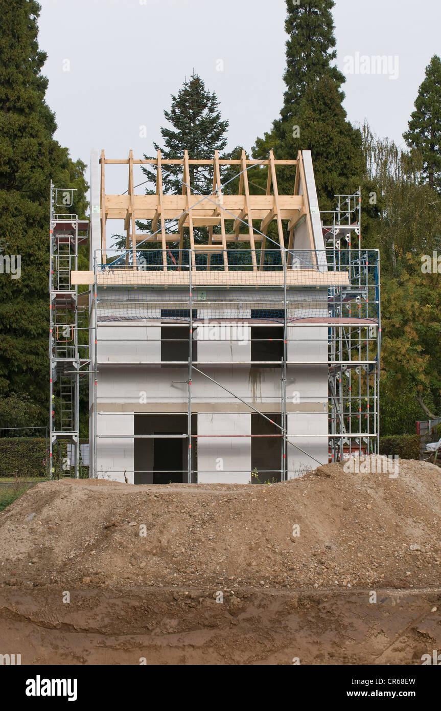Gebäudehülle, Haus mit Gerüst und angeschlossene Dachkonstruktion, Baustelle, PublicGround Stockbild