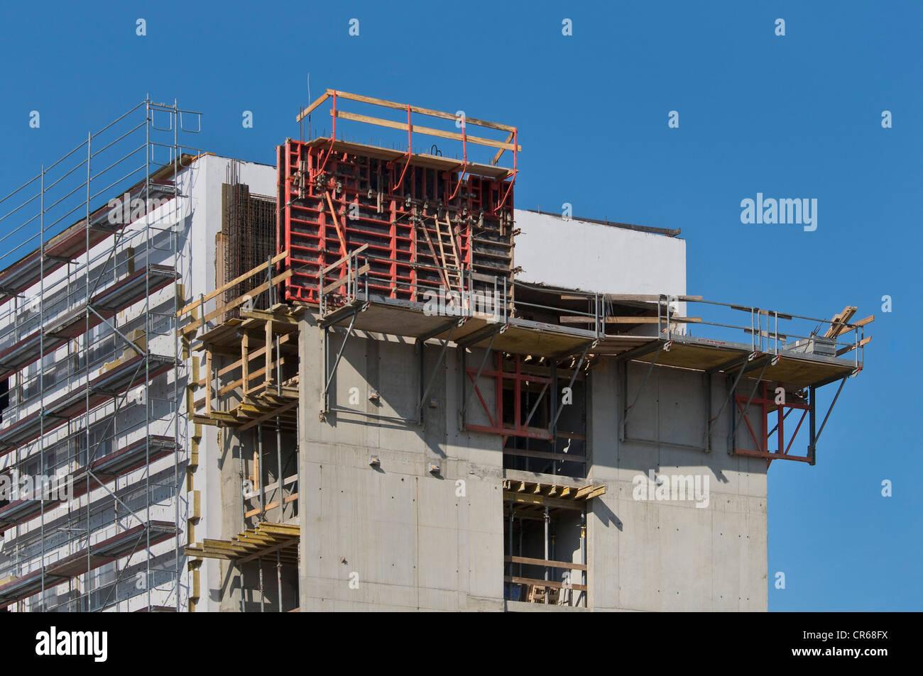 Bau eines Gebäudes, Verkleidung der neuen Komponenten mit Gerüst Stockbild