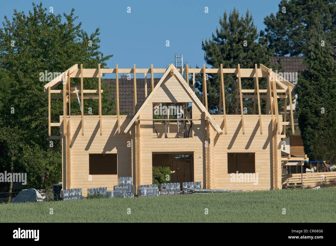 Neubau, Holzhaus, Dach im Bau, PublicGround Stockbild