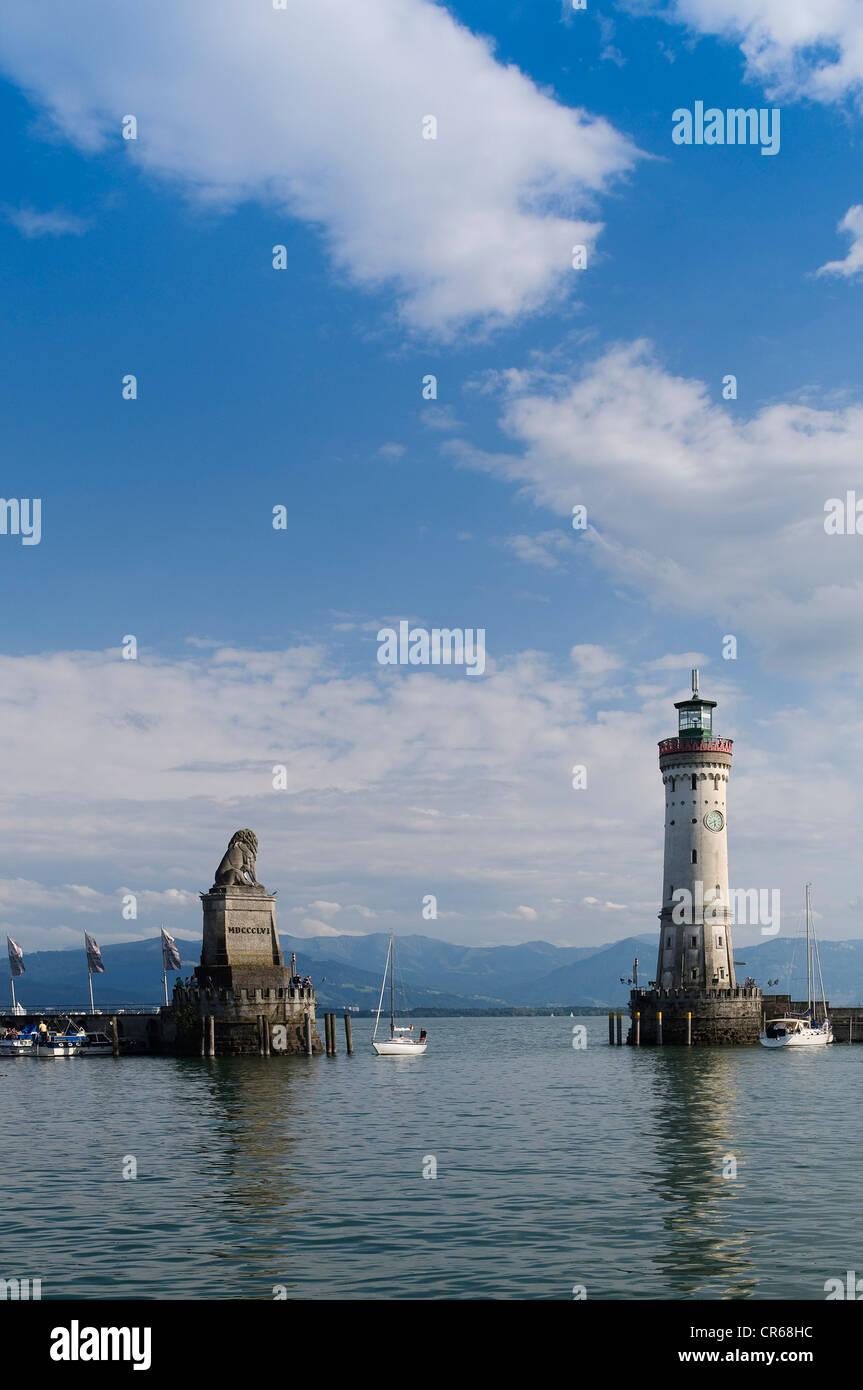 Bayerischen Löwen in und der Lindau-Leuchtturm an der Hafeneinfahrt, Bayern, Insel Lindau, Bodensee, Deutschland, Stockbild