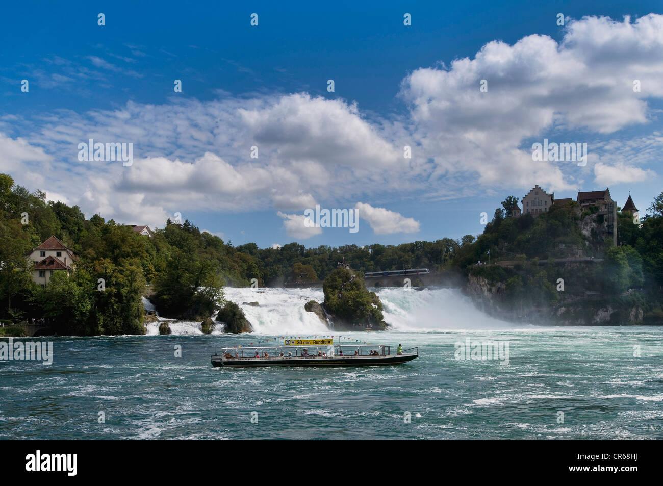 Rheinfall bei Schaffhausen, Ausflugsschiff mit Touristen davor, Schweiz, Europa Kreuzfahrt Stockbild