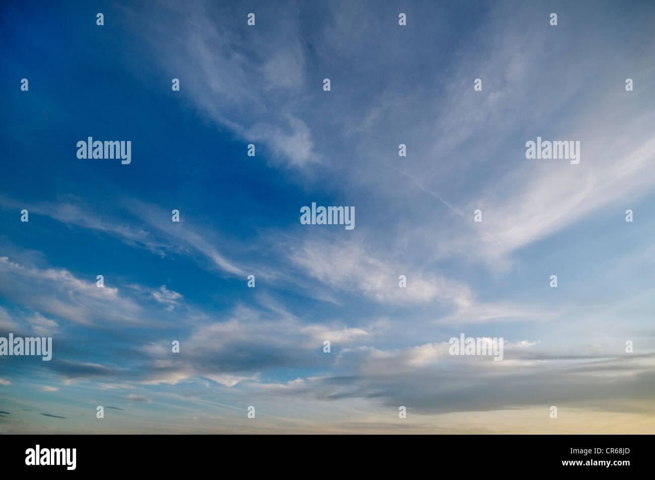 Cirrostratus Wolken, blauer Himmel Stockbild