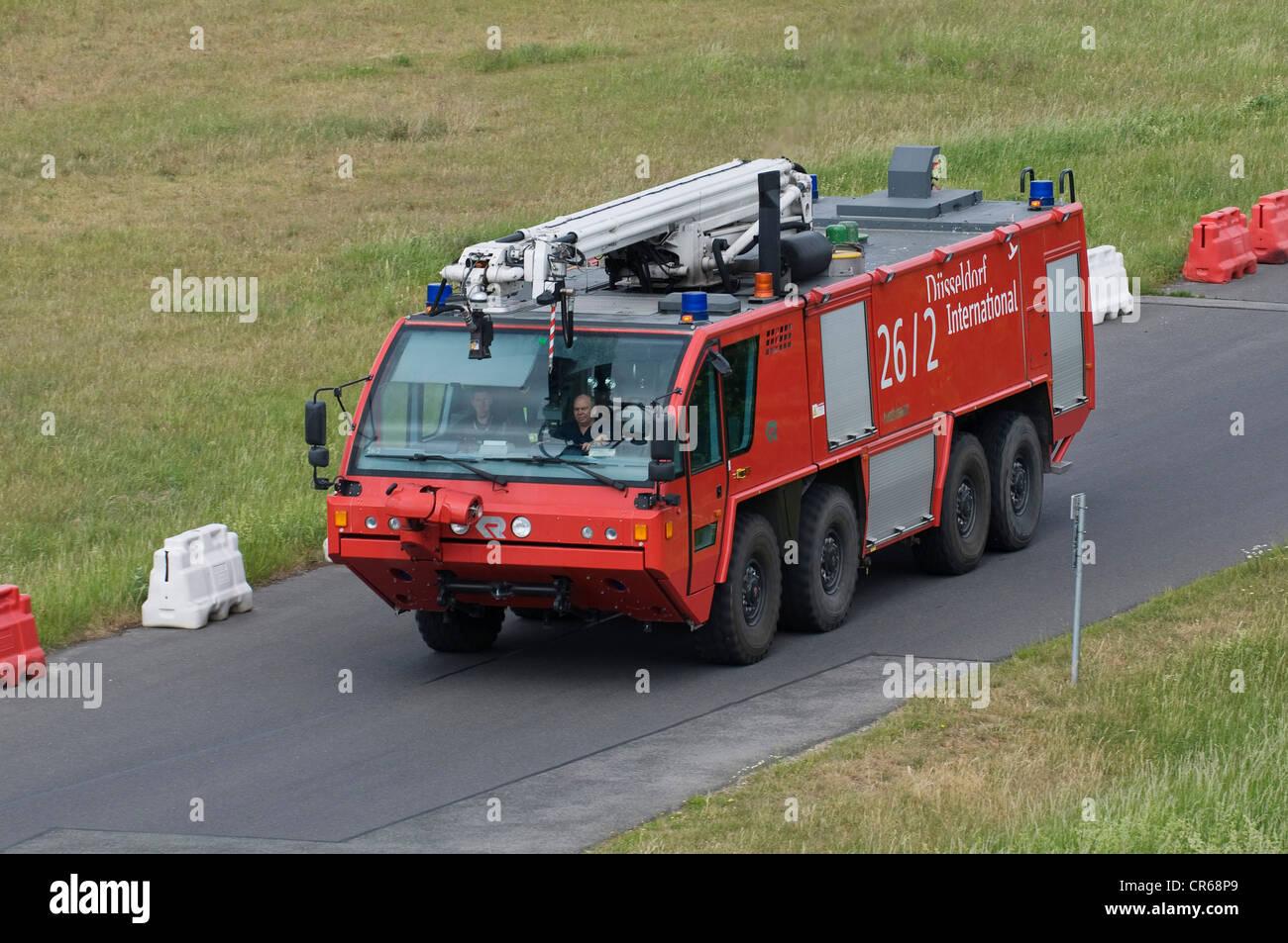 Einsatzfahrzeug der Feuerwehr, Flughafen Düsseldorf International, Düsseldorf, Nordrhein-Westfalen, Deutschland, Stockbild