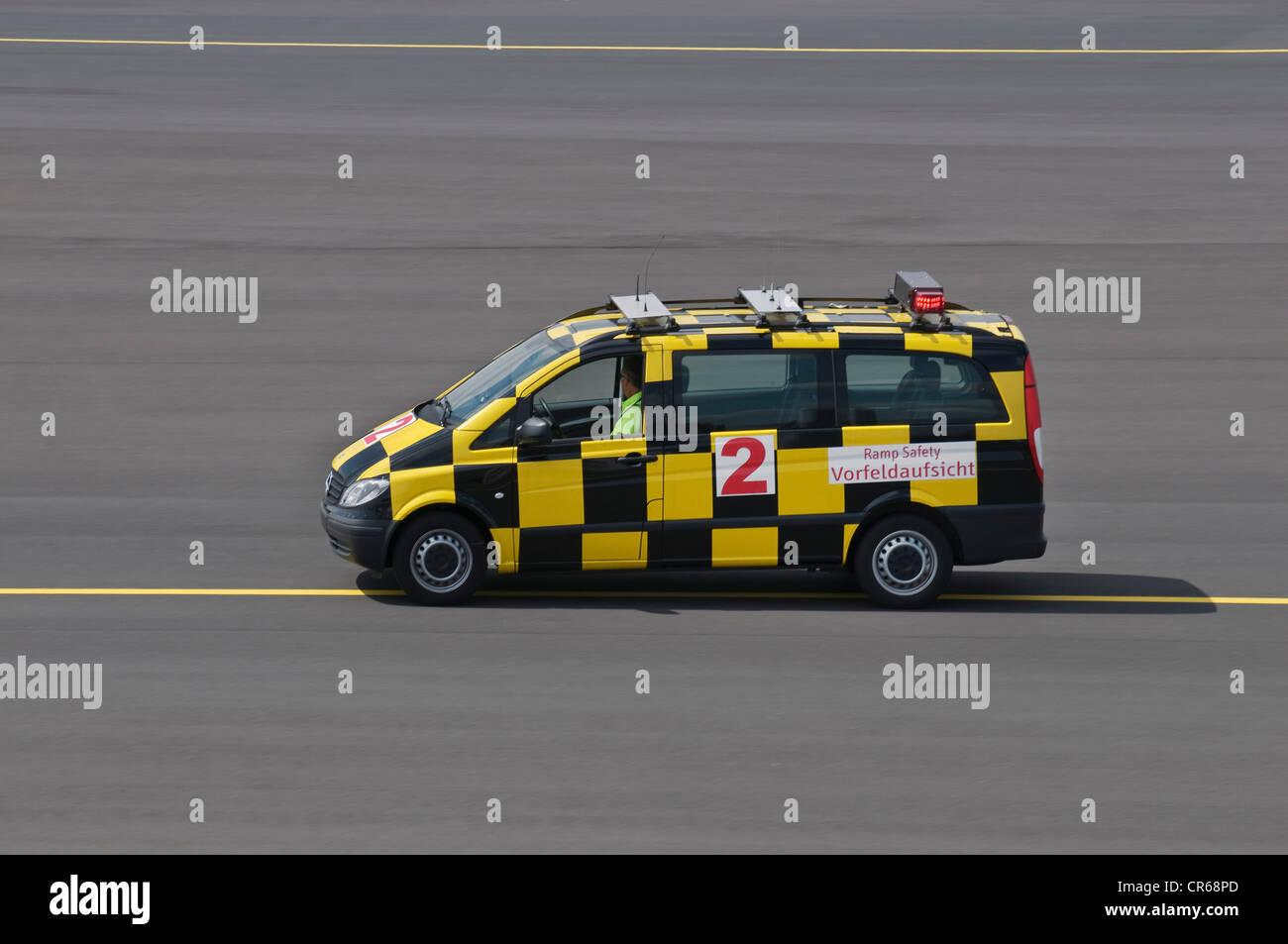 Fahrzeug von der Airport Authority, Flughafen Düsseldorf International, Düsseldorf, Nordrhein-Westfalen, Stockbild