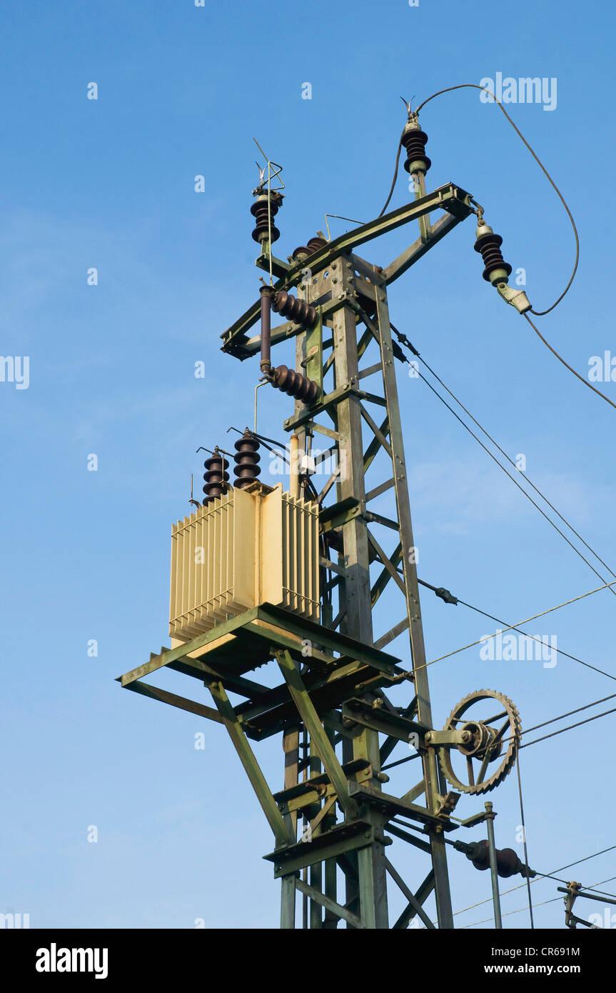 Power Supply Pylon mit einem Transformator und Isolatoren mit einer Spannung Seilscheibe unten, um die Linien zu Stockbild