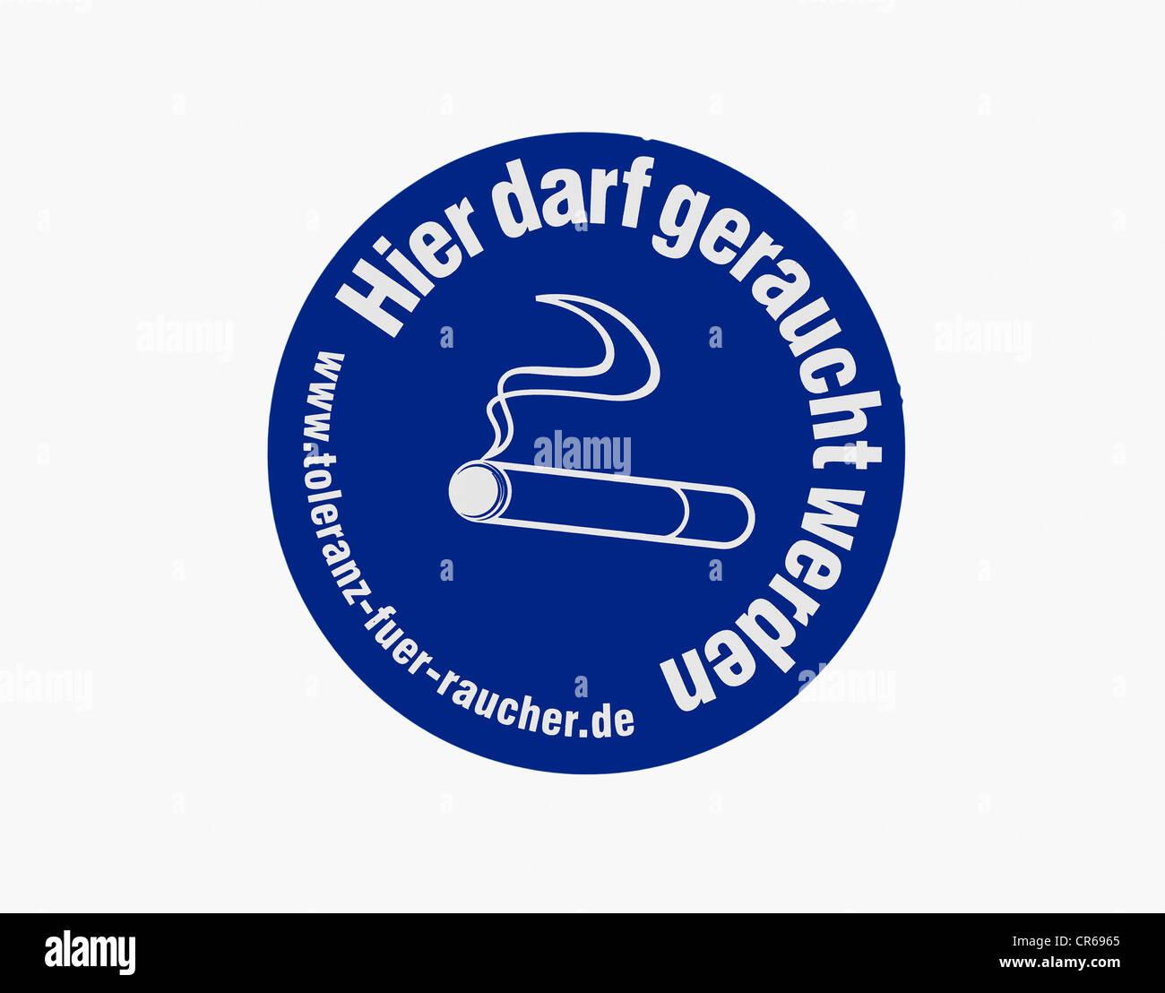 """Anmelden """"Hier Darf Geraucht Werden,"""" Deutsch für """"Sie können hier rauchen"""", Toleranz Stockbild"""