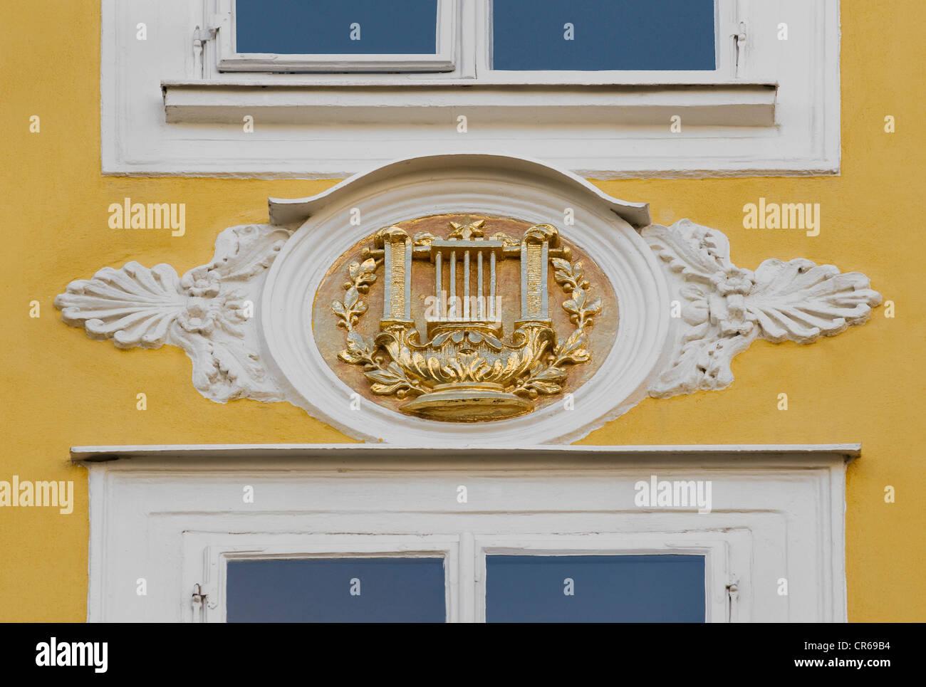 Element mit gold Lyra auf Mozarts Geburtshaus, Getreidegasse, Salzburg, UNESCO-Weltkulturerbe, Österreich, Stockbild