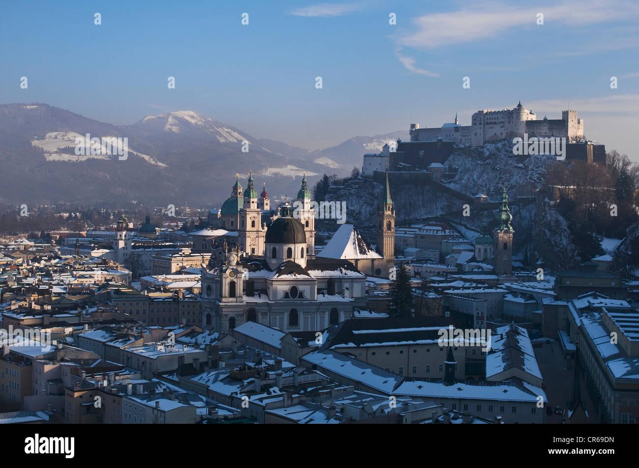 Beeindruckende Aussicht auf die winterliche Salzburger Altstadt, UNESCO-Weltkulturerbe, Universität, Kathedrale Stockbild