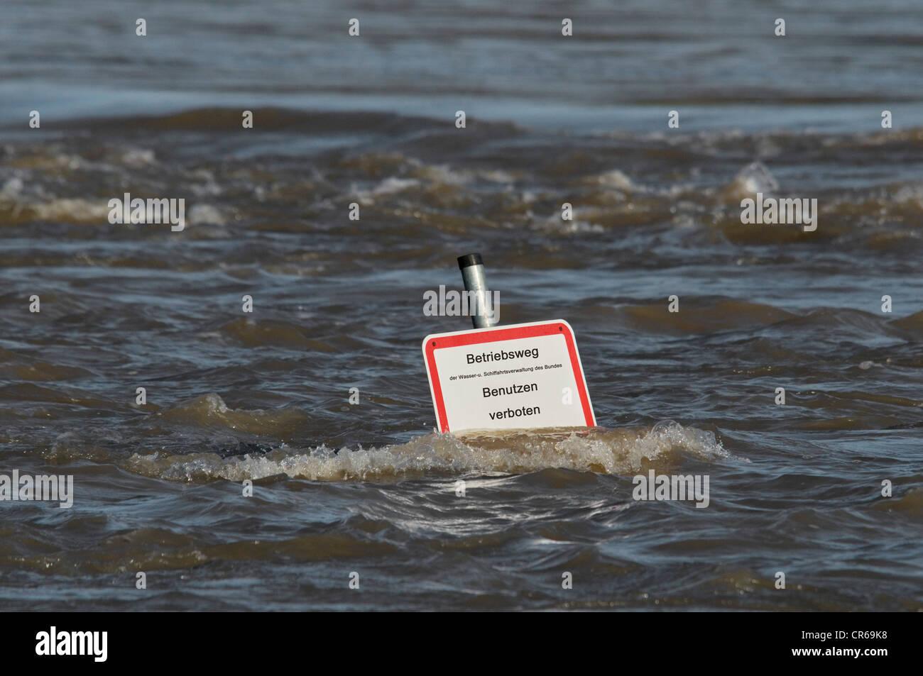 Flut, Zeichen tief im Wasser stehen, Pfad des Bundes Wasser- und Schifffahrtsverwaltung, Verwendung verboten in Stockbild