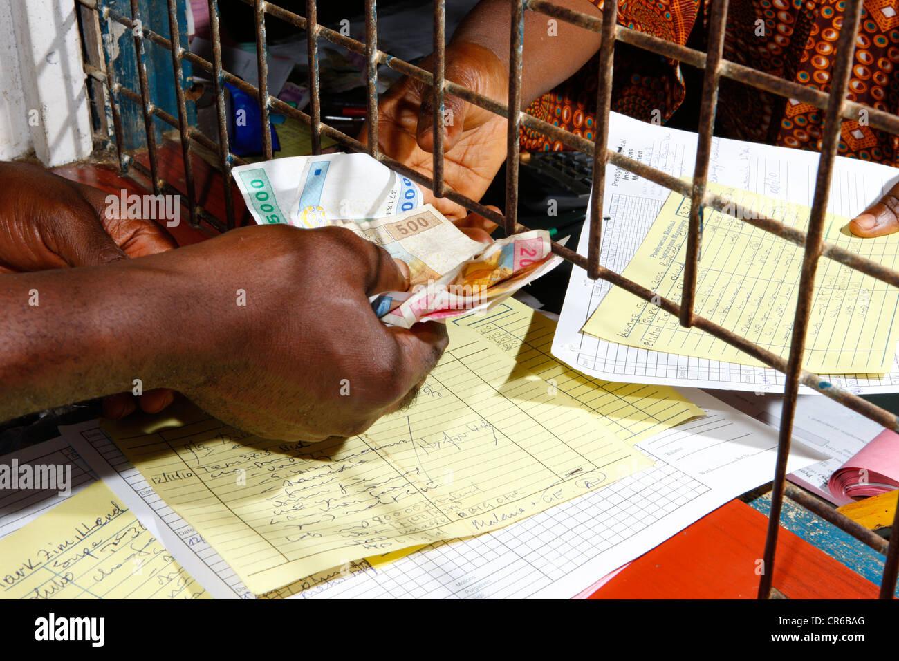 Rezepte und Geld, Verteilung von Medikamenten in der Apotheke am Krankenhaus, Manyemen, Kamerun, Afrika Stockbild