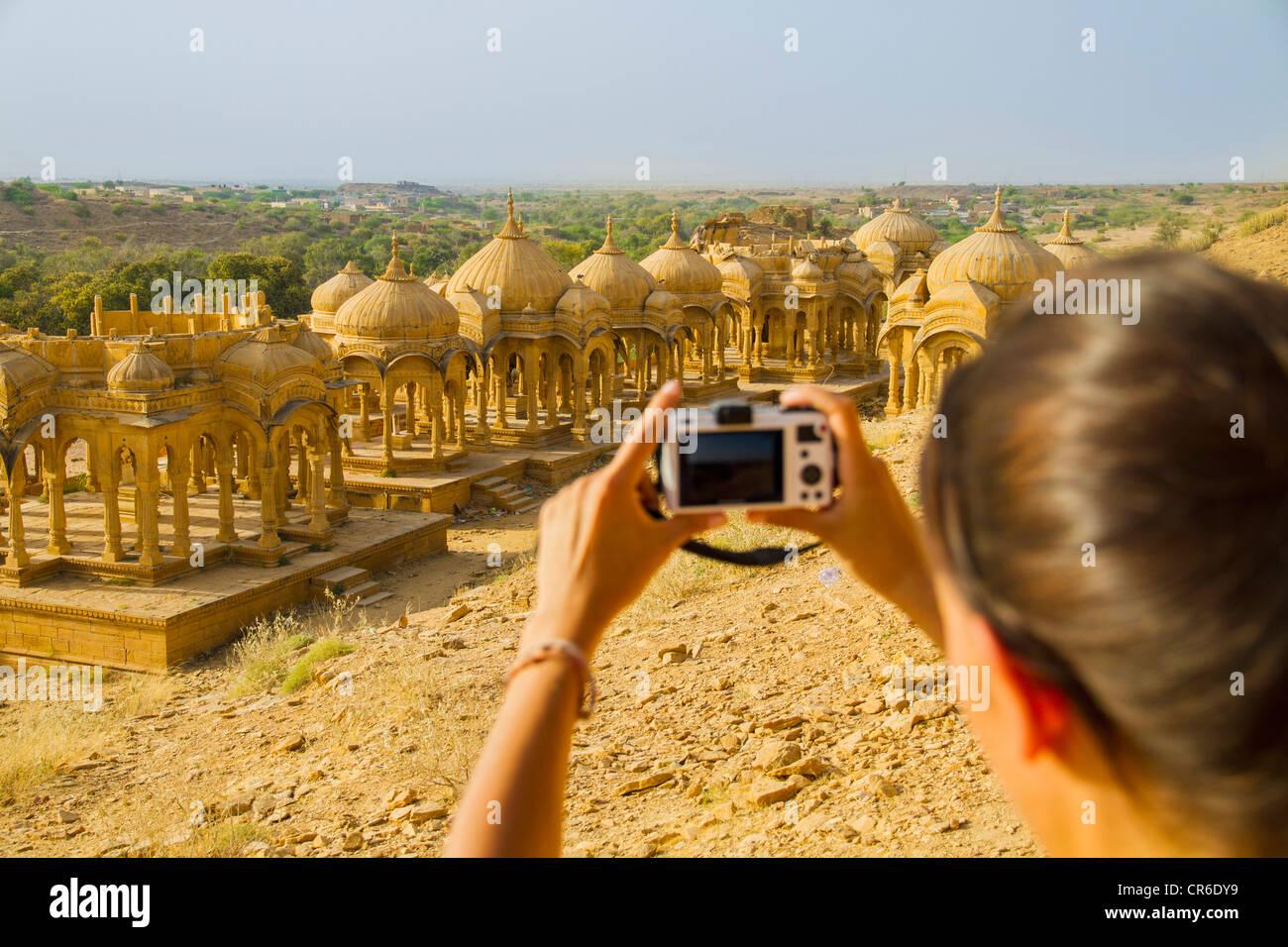 Indien, Rajasthan, Jaisalmer, weibliche Touristen fotografieren im Bada Bagh Kenotaphen Stockbild