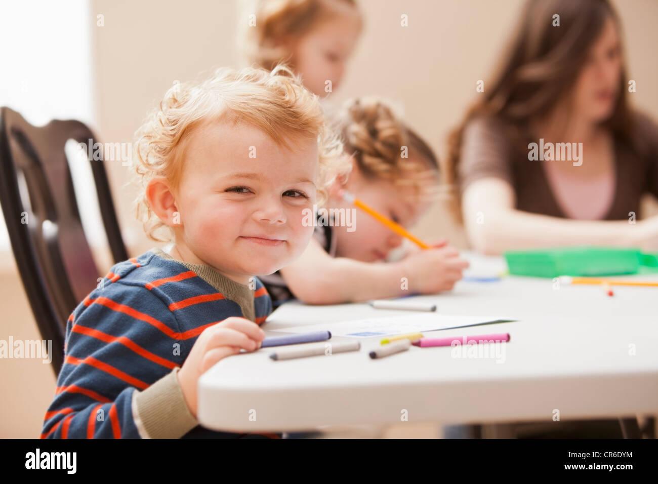 Junge blick in die kamera während der kunstunterricht im
