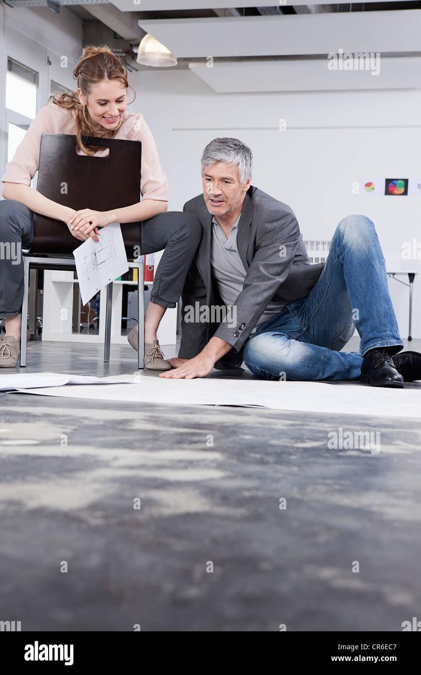 Deutschland, Bayern, München, Männer erklären wollen Frauen im Büro Stockfoto