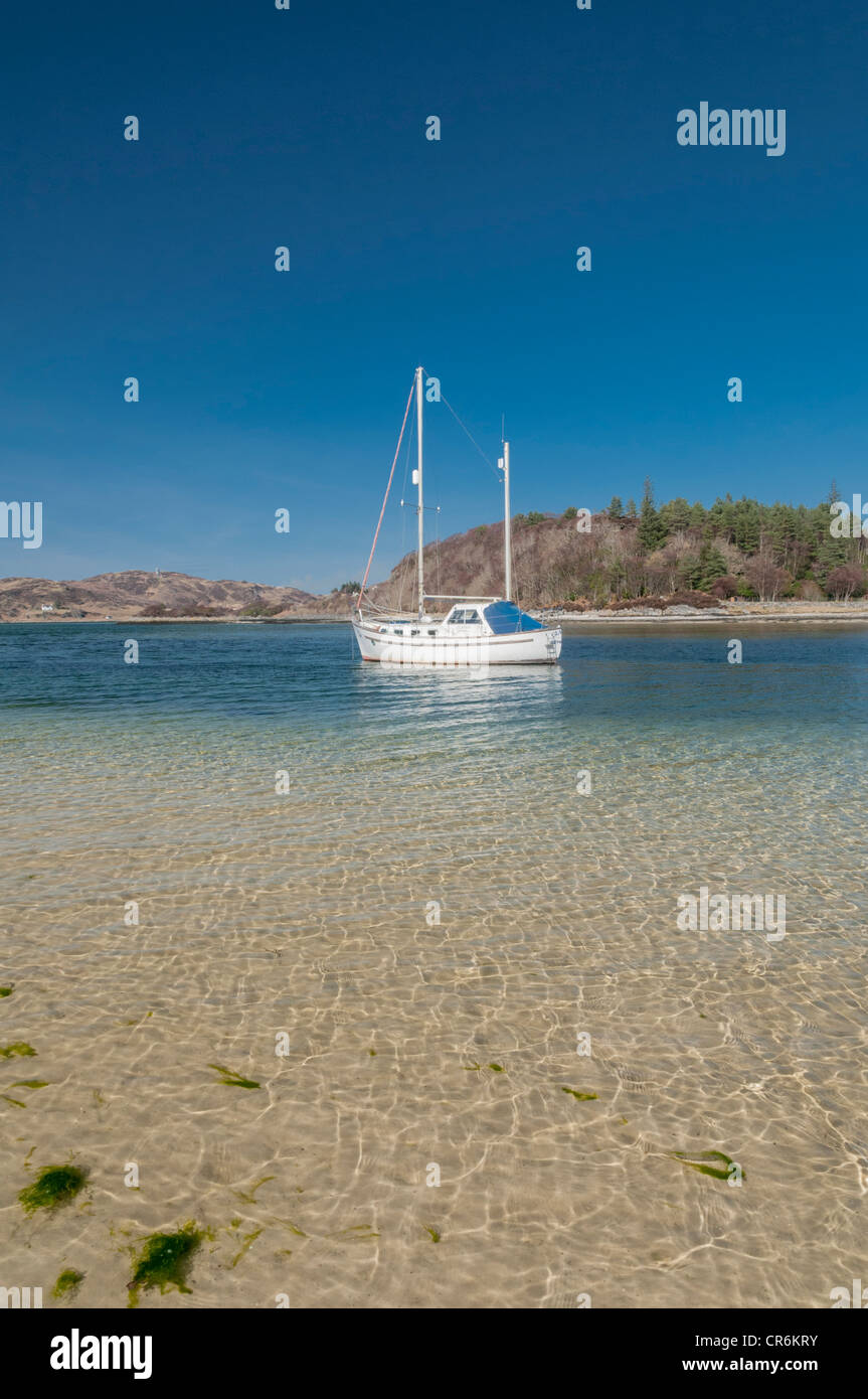 am wei en sandstrand von morar mit haus und stra e br cke nr mallaig highland schottland yacht. Black Bedroom Furniture Sets. Home Design Ideas