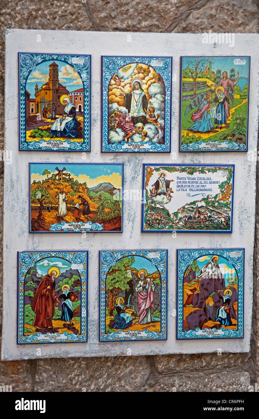 Heiligenbilder auf Fliesen, Valldemossa, Comarca Serra de Tramuntana, Mallorca, Balearische Inseln, Spanien, Europa Stockbild