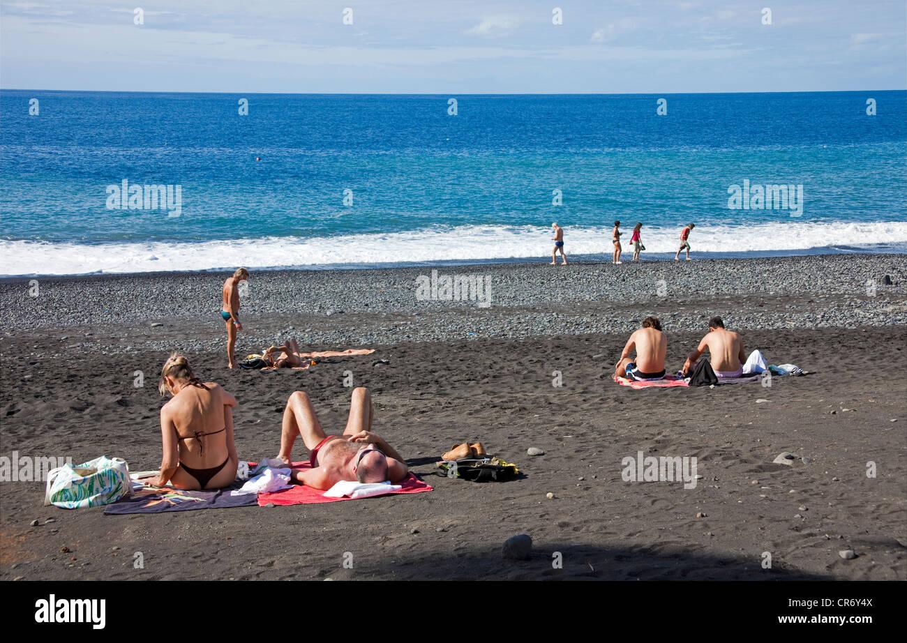 Menschen am Strand von Puerto Naos, La Palma, Kanarische Inseln, Spanien, Europa, Atlantik Stockbild