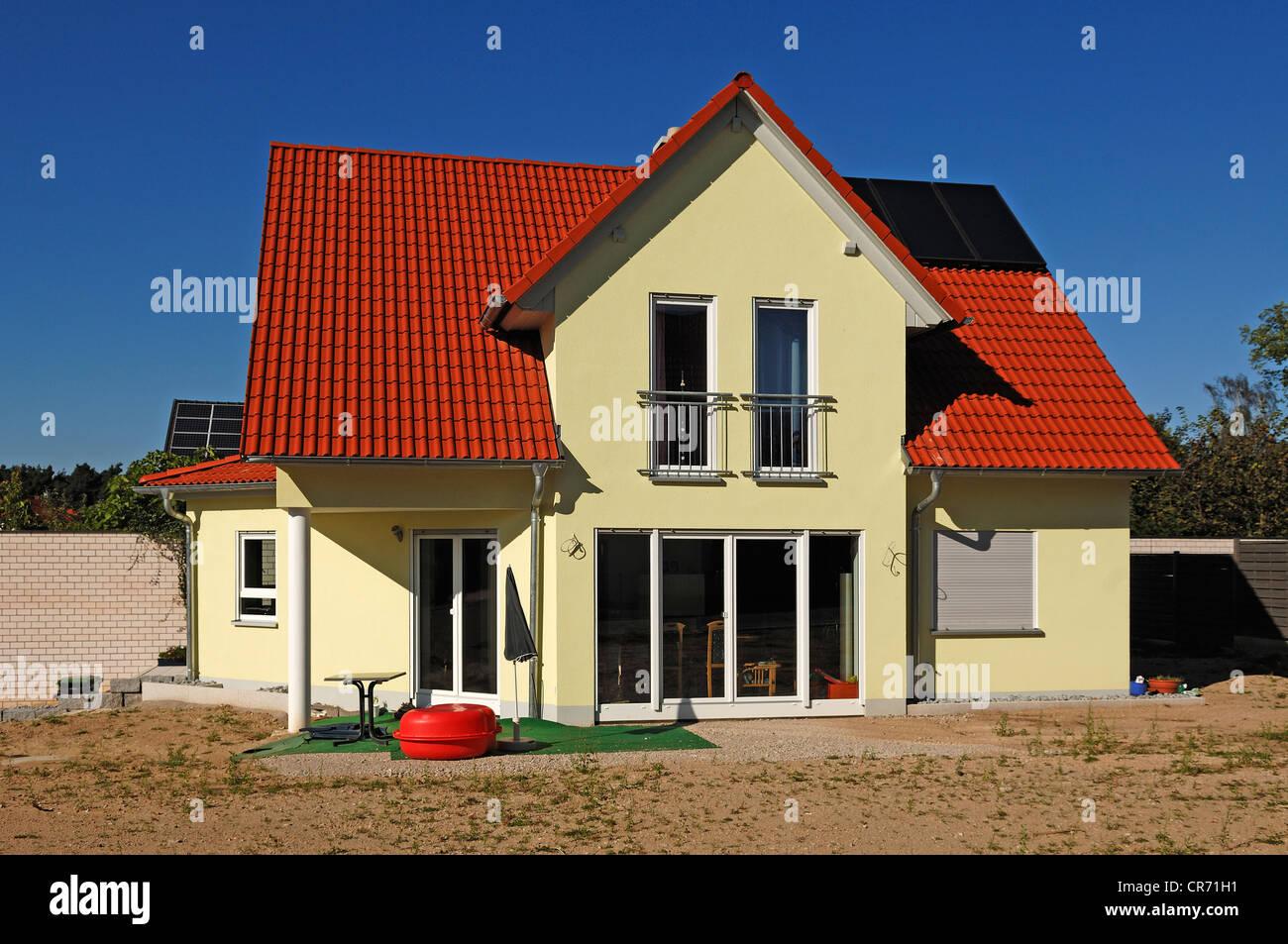 Kürzlich fertiggestellte Haus, Garten ist noch nicht abgeschlossen haben, Tauchersreuth, Middle Franconia, Stockbild