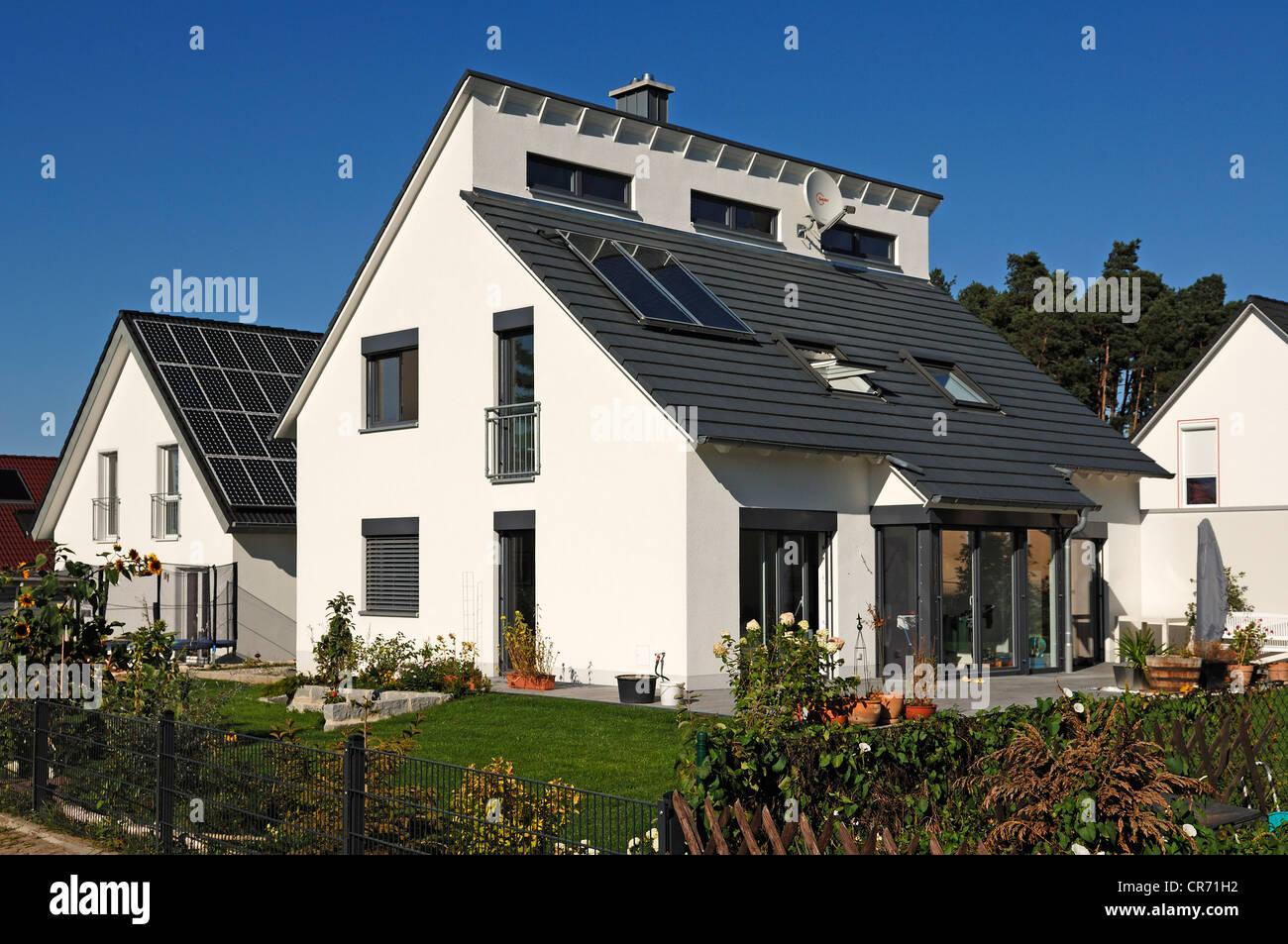 Vor kurzem abgeschlossen, Haus und Garten mit Sonnenkollektoren auf dem Dach, Tauchersreuth, Middle Franconia, Bayern, Stockbild