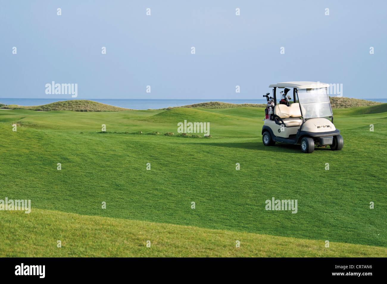 Türkei, Antalya, Golf-Cart auf der Wiese am Golfplatz Stockbild