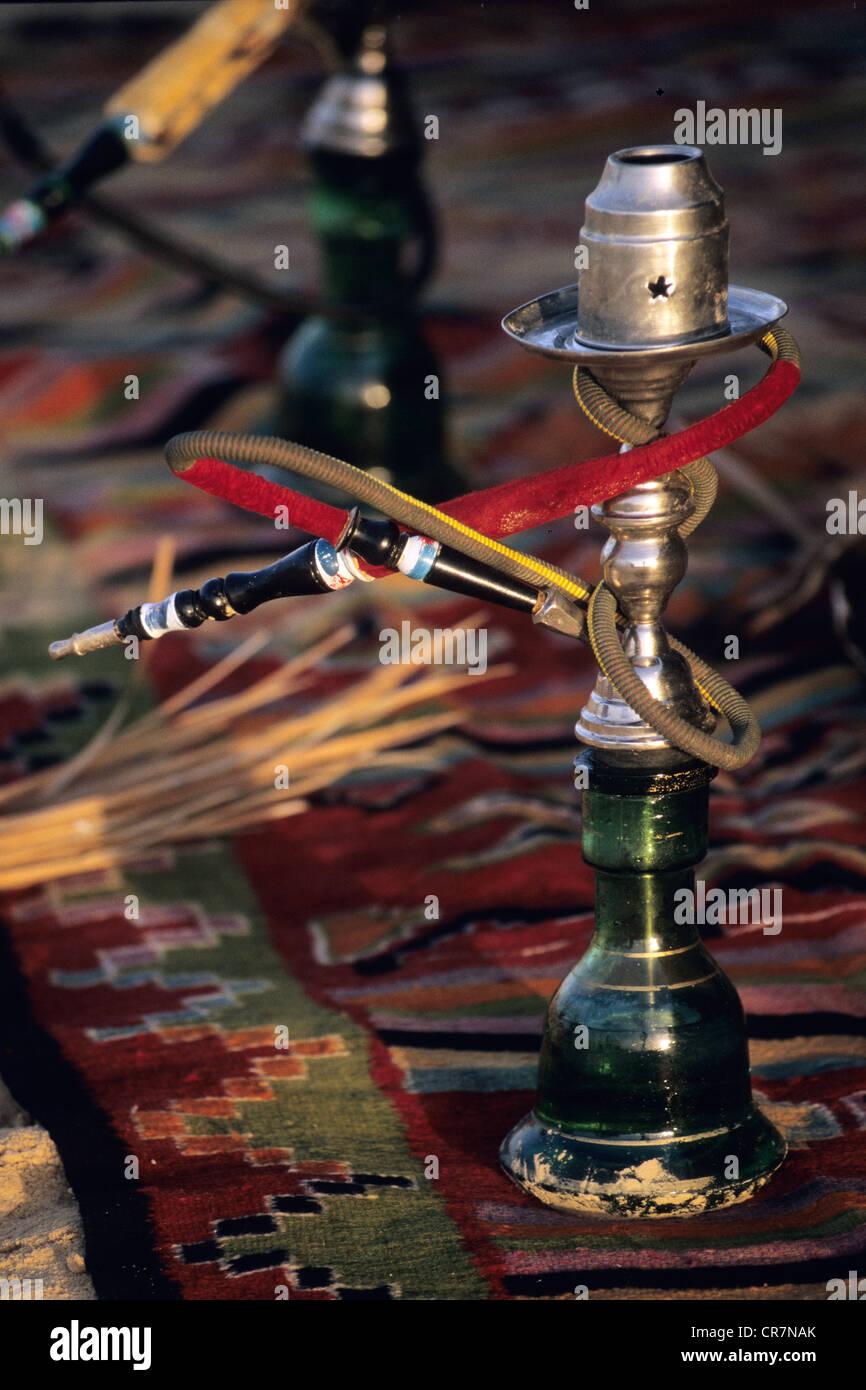 Tunesien, Region Süd, Tozeur, Wasserpfeife auf einem Teppich in einem Berberzelt Stockbild