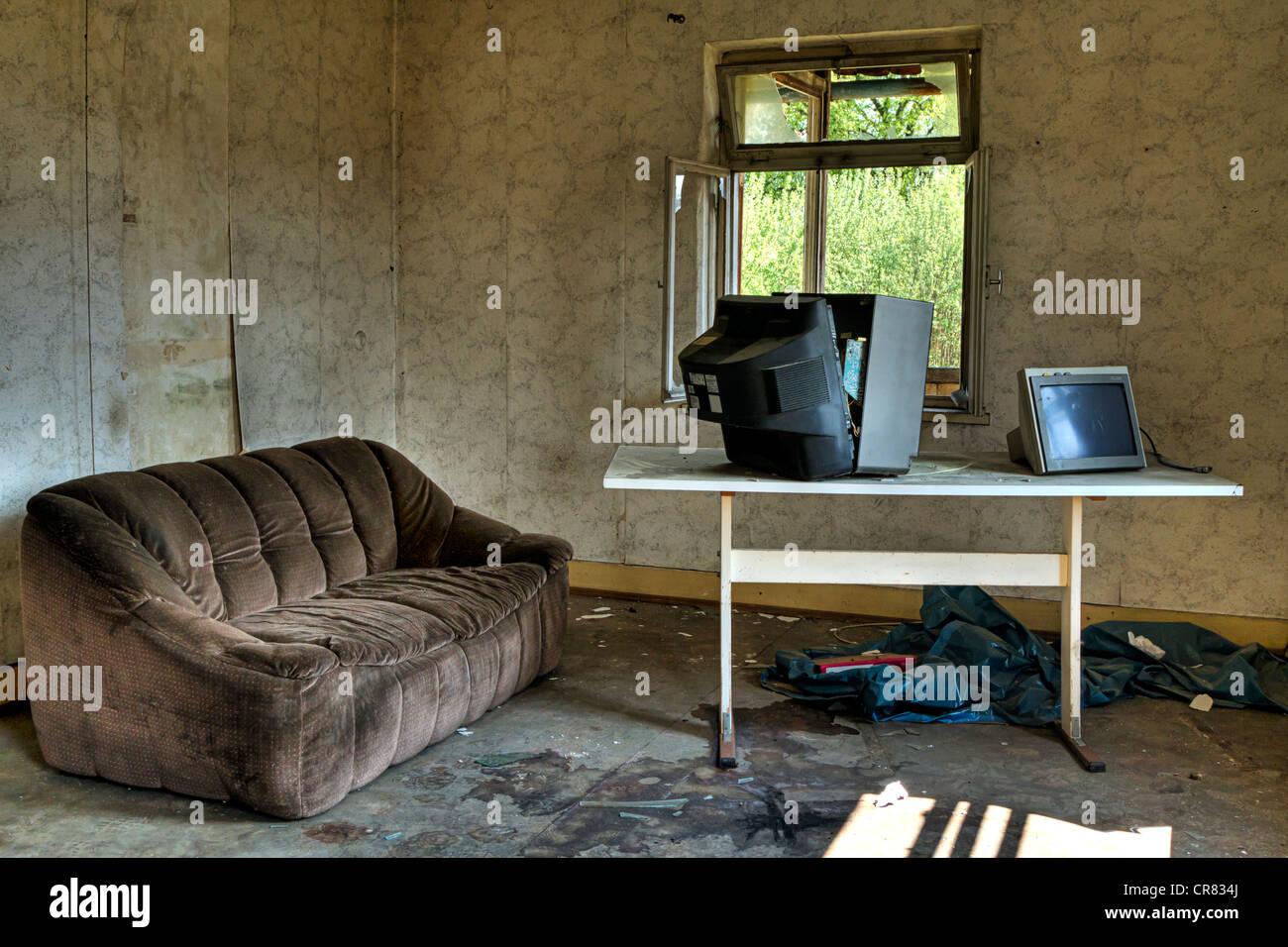 Wohnzimmer Sofa Tv Ruinosen Altbau Stockfoto Bild 48735922 Alamy