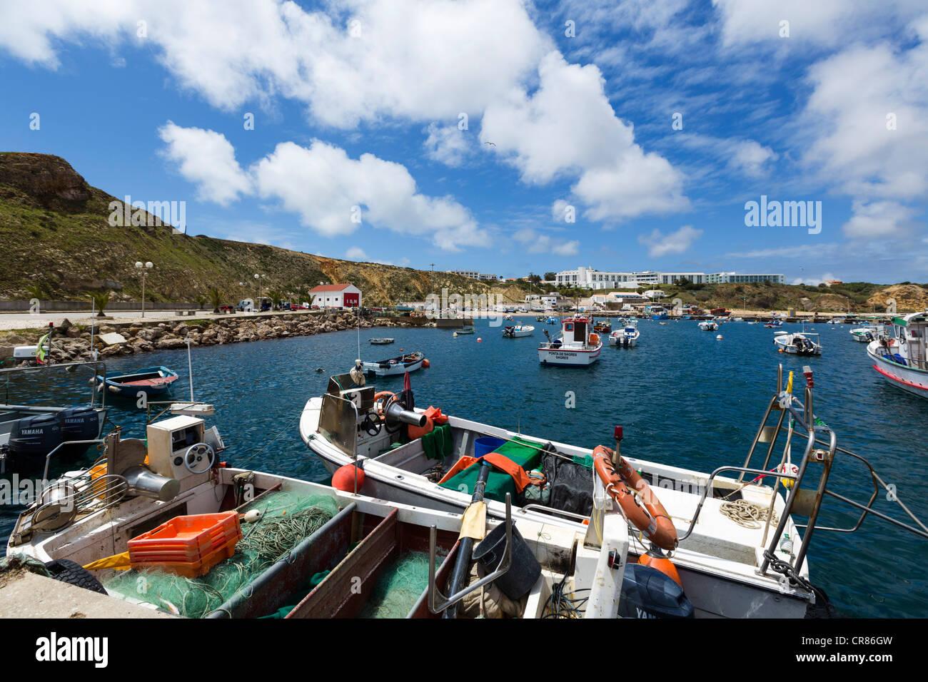 Fischerboote im Hafen von Sagres, Algarve, Portugal Stockbild