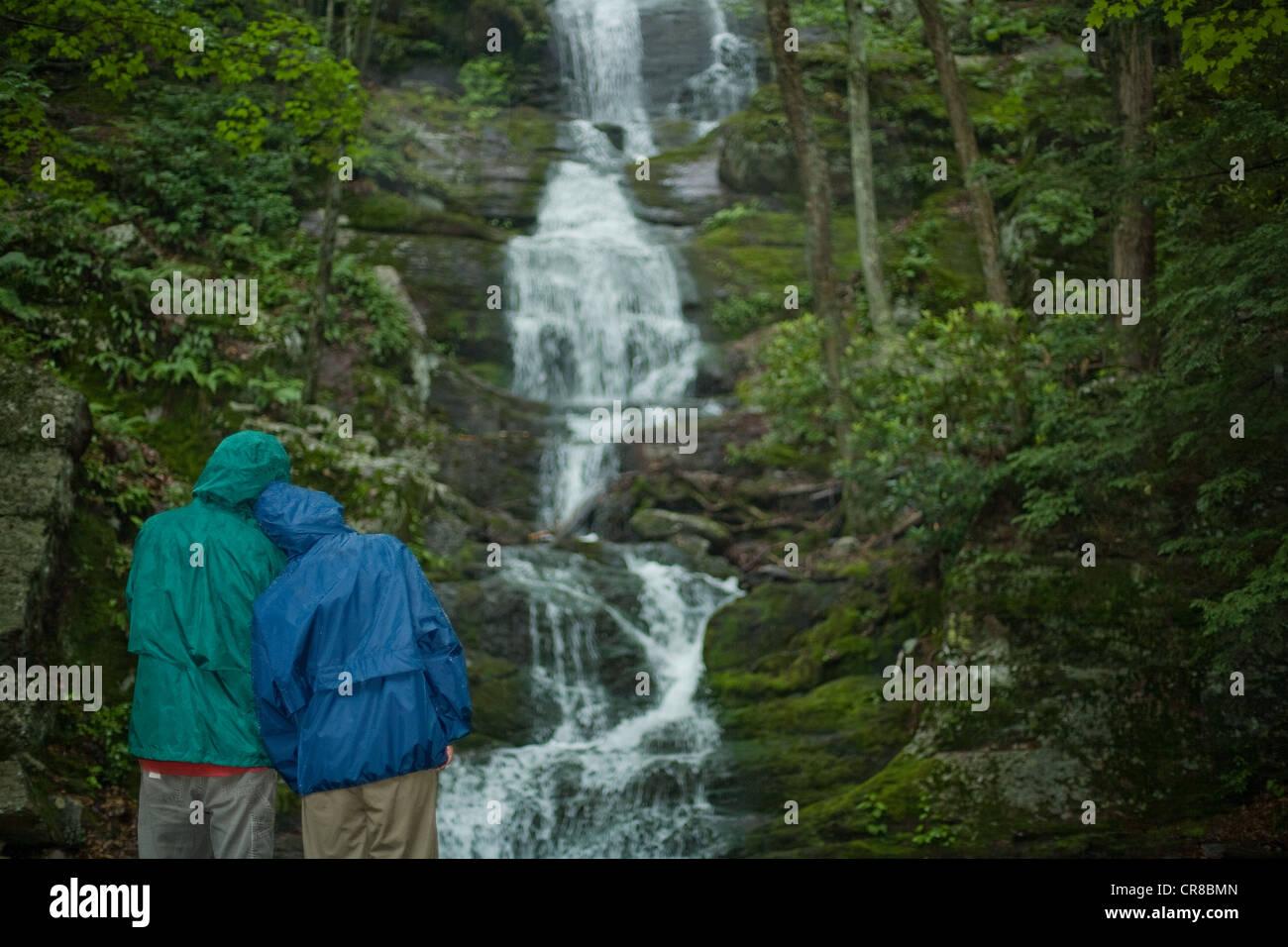 Paar auf der Suche an einem Wasserfall Stockbild
