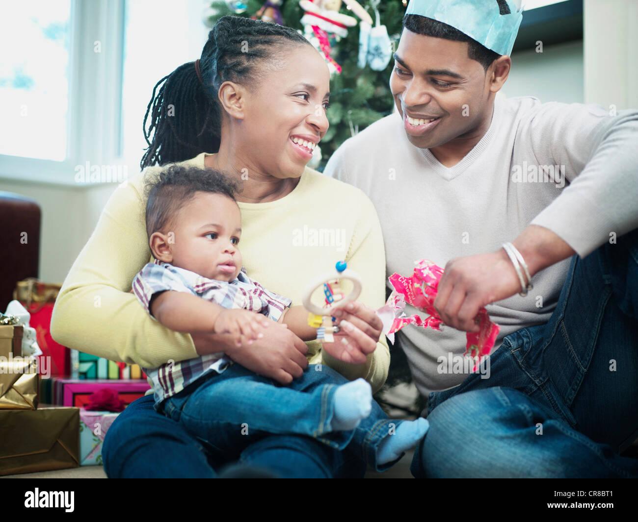 Eltern und Baby Boy Eröffnung Weihnachtsgeschenke Stockfoto, Bild ...