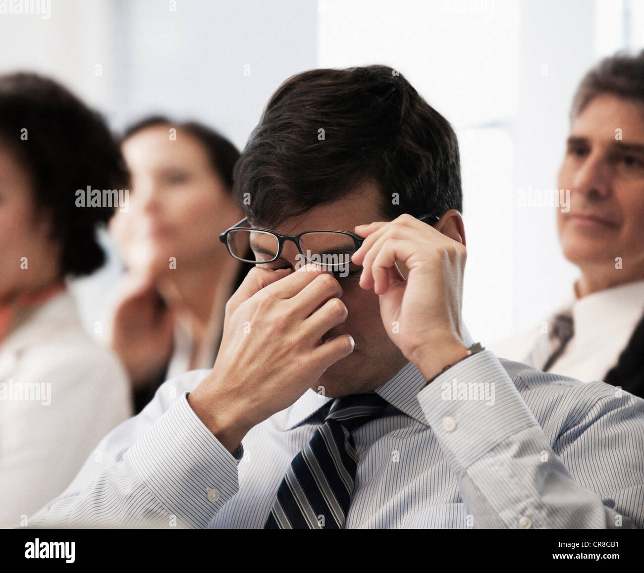 Müde Augen reiben Geschäftsmann Stockfoto